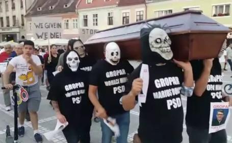 Noi proteste în Capitală și în țară. Câţiva manifestanţi au purtat pe brațe un sicriu