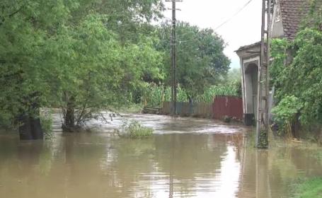 """Mai multe zone din țară, lovite puternic de inundații. """"E a treia oară când scot apa"""""""