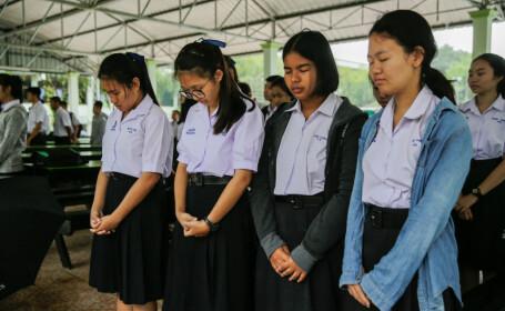 Colegii adolescenților blocați în peșteră s-au rugat pentru salvarea lor. Operațiunea s-a încheiat cu succes