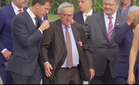 Juncker nu și-a putut menține echilibrul la summitul NATO. Afecțiunea de care suferă
