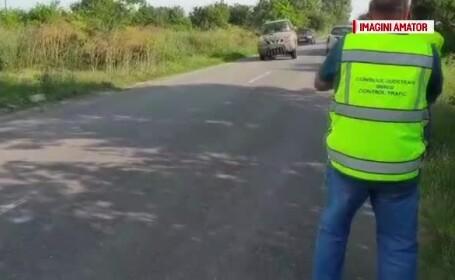 Un șofer a încercat să intre cu mașina în mai mulți muncitori. Oamenii au sărit în șanț