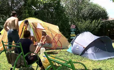 La mare cu cortul. Turiștii plătesc pentru cazare de 10 ori mai puțin decât la hotel