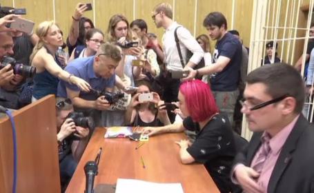 Imagini scandaloase din timpul interogatoriului activiștilor de la Pussy Riot. Replica unui polițist