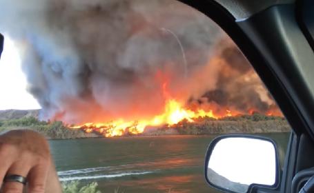 Tornadă de foc, filmată pe marginea unui râu din California. VIDEO