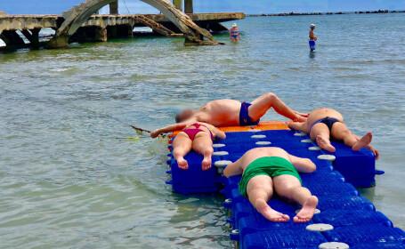 Un ponton din Mamaia, destinat persoanelor cu dizabilităţi, loc de plajă pentru turişti. FOTO