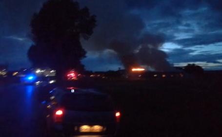 Incendiu de proporţii în apropriere de Ploieşti. 6 echipaje de pompieri au intervenit