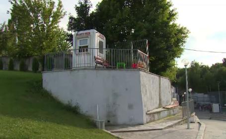 Copil de 11 ani, rănit grav, după ce a căzut de la 5 metri înălțime, lângă un teren de fotbal din Pitești