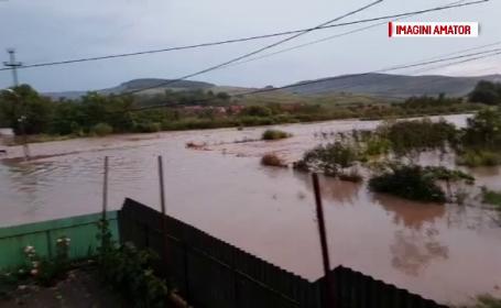 Două persoane au murit luate de viitură. Inundaţiile au afectat 34 de localităţi din 17 judeţe