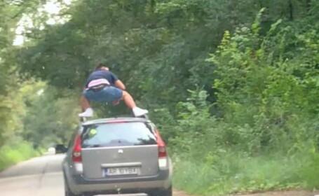 Şofer începător amendat după ce a fost pozat urcat pe plafonul maşinii aflate în mers