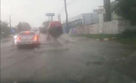 Imagini incredibile în Botoșani: mașină, aruncată în aer după ce a trecut peste o gură de canal