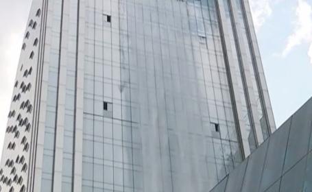 Cea mai mare cascadă artificială din lume se află pe fațada unei clădiri. Cum arată