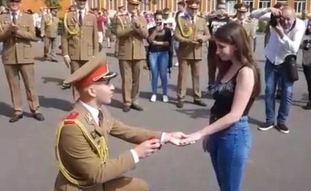 Un sublocotenent şi-a cerut iubita în căsătorie. Gestul ministrului Apărării. VIDEO