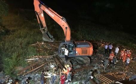 Un pod s-a prăbuşit în China peste oamenii care se adăposteau de furtună. Sunt cel puţin 8 morţi