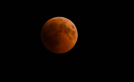 Cum s-a văzut la malul mării eclipsa de lună din 27 iulie. VIDEO