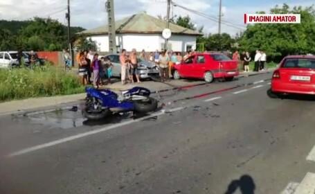 Accident de motocicletă cu 2 răniţi, în Argeş. Au intrat în plin într-o maşină