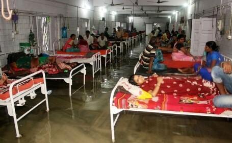 Spital inundat de muson. Mai mulţi peşti au fost filmați în timp ce înotau pe holuri