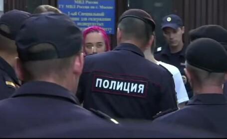 Membrele Pussy Riot au fost reținute din nou de poliție, chiar când ieșeau din închisoare