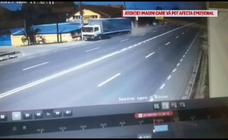 Momentul în care un TIR lovește o mașină și intră violent într-o casă, în Dolj