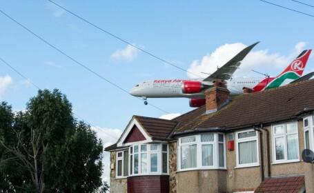 Un englez s-a trezit în grădină cu un cadavru căzut dintr-un avion. \