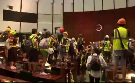 Poliţia din Hong Kong a preluat controlul după 3 ore. Sediul parlamentului, luat cu asalt