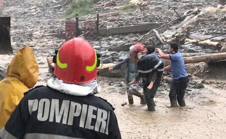 Inundaţii în zona Rucăr. O femeie surprinsă de viitură a fost rănită