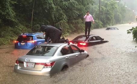 Washington, lovit de ploi torențiale. Șoferi, blocați pe mașini