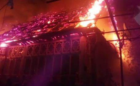 Un atelier de tâmplărie și o casă, mistuite de flăcări provenite de la un scurtcircuit