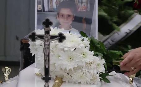 Luca, băiețelul ucis în bătaie de mamă a fost înmormântat. Cuvintele preotului pentru copil