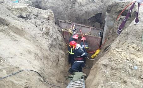 Bărbat prins sub un mal de pământ, timp de două ore. Momentul în care e salvat
