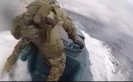 Acțiune periculoasă. Doi soldați americani au sărit pe un submarin plin cu droguri