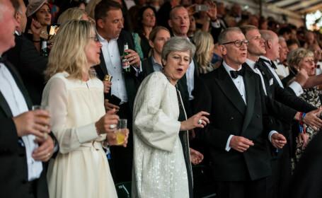 Theresa May, surprinsă din nou dansând pe muzica formației Abba - 1