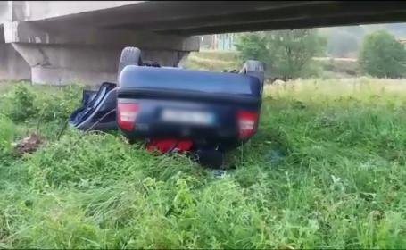 Masina cazuta de pe pod