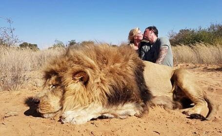 S-au fotografiat sărutându-se lângă un leu ucis. Ce le-au transmis criticilor. FOTO