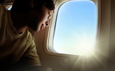 Copil in avion