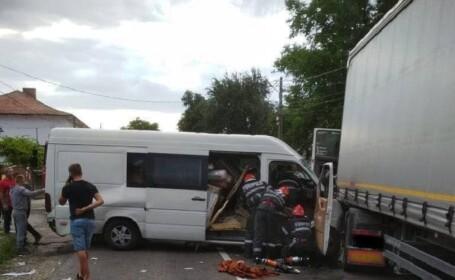 Impact violent între o dubă și un TIR, în Piatra Neamț