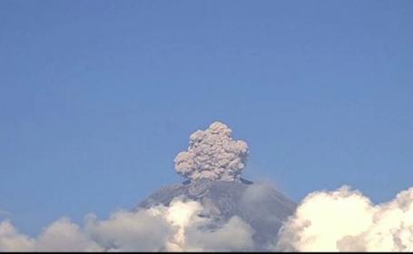 Momentul în care vulcanul Popocatepetl erupe din nou.