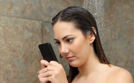 Chinezii îşi iau telefoanele mobile cu ei chiar şi atunci când fac duş. Ce fac cu ele