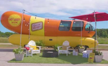 O mașină în formă de hot-dog, în loc de hotel pentru turiști. Cât costă o noapte de cazare