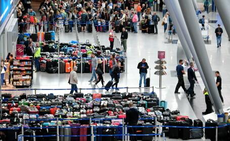 Imagini virale cu 2.500 de bagaje blocate în aeroport. Pasagerii, nevoiți să plece fără ele - 4