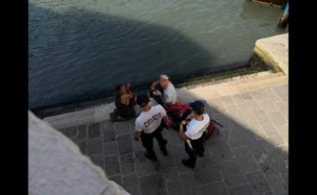 Ipostaza în care au fost prinși doi turiști în Veneția. Au primit o amendă usturătoare