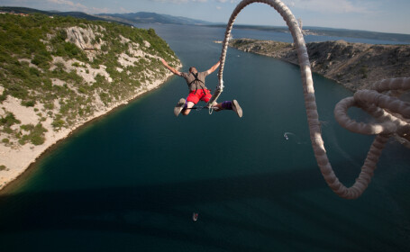 A căzut în cap de la 100 de metri și a supraviețuit. Cum a fost posibil
