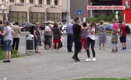 """EXPERIMENT. Momentul în care o tânără este """"agresată"""" pe stradă. Oamenii trec nepăsători"""