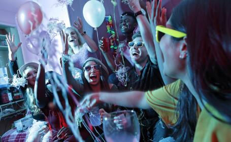 Fenomen îngrijorător. Studenții organizează petreceri, unde cei care se infectează primii cu Covid-19 câștigă pariurile
