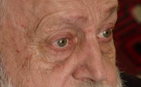 Cum se descurcă bătrânii singuri din România. Autoritățile nu sunt interesate să îi ajute