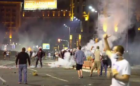 Scene violente în Serbia, după ce Guvernul a anunțat că se revine la starea de urgență. Proteste la sediul Parlamentului