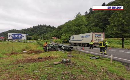 Accident grav între două mașini și un TIR, în județul Brașov. Un autoturism, complet distrus