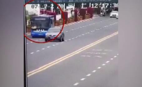 Un autobuz a plonjat într-un lac din China. Cel puțin 21 de morți și 15 răniți. VIDEO șocant