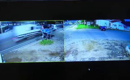 VIDEO. Momentul în care o platformă care transporta un bolid de lux izbește un cap de pod