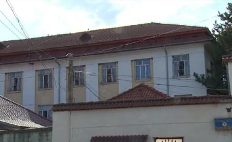 Un deținut periculos stă de mai multe ore pe acoperișul penitenciarului din Găești. Ce cere