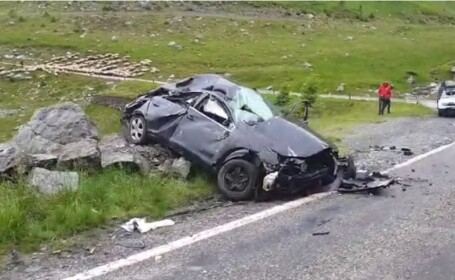 Accident pe Transfăgărășan: Un mort și doi răniți, după ce o mașină s-a răsturnat și s-a izbit de o stâncă